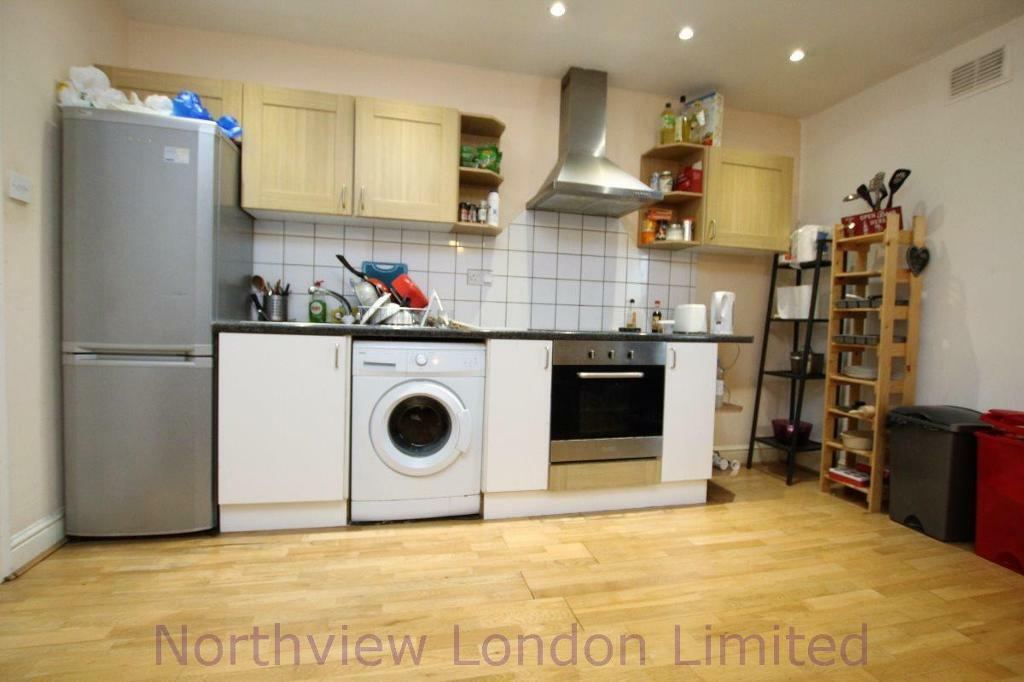 3 bedroom flat in Mayes Road, Wood Green, N22