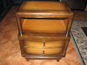 Table de chevet en bois franc, belle teintes, stylisée