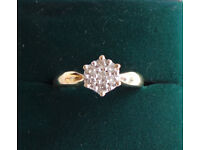 9CT YELLOW GOLD & DIAMOND CLUSTER STYLE DRESS RING, INSURANCE VALUATION £350 (SN53)