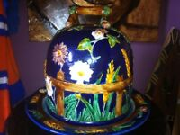 MAJOLICA POTTERY COBALT, DAISY AND FENCE HALF STILTON CHEESE KEEPER WITH STAND