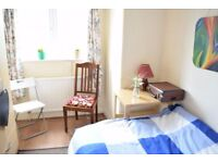 Double room in lovely house in Morden. 1/8.