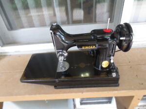 SINGER FEATHERWEIGHT SEWING MACHINE MODEL 221