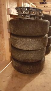 Pneus d'hiver sur rims 195-65 r15 plus tapis