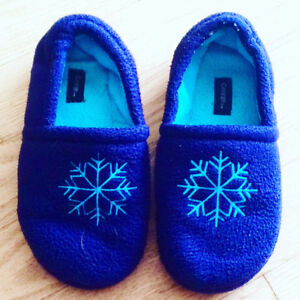 Size 13/1 girls snowflake slippers. Pu in Dieppe.