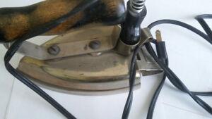 Fer à repasser           antique avec fil électrique