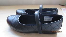 Clarks girls school shoes black size 2G