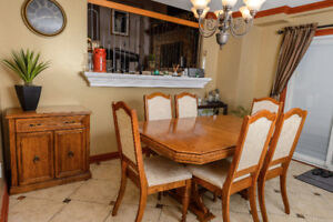 LIKE NEW oak expandible table, 6 chairs and matching Server