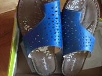 New size 4 Moshulu leather sandals