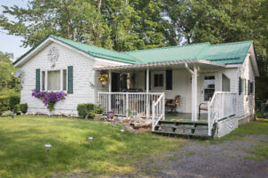 SMRT- Cozy and picturesque home only 20 minutes to 401