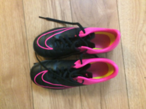 Nike Girls Size 2 Indoor soccer shoes
