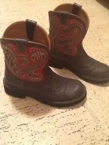 WOMANS ARIAT LEATHER BOOTS 8.5 (RUBBER TOED)