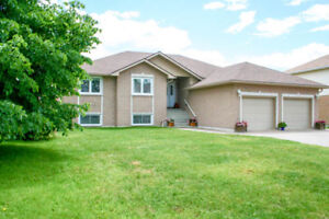 Fantastic Bungalow - Spacious with a GREAT backyard!!