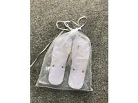 8 pairs of ladies flip flops white one-size in tule organza bag tied with ribbon - wedding dancing