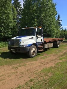 2002 international 4300 flat deck tilt n load