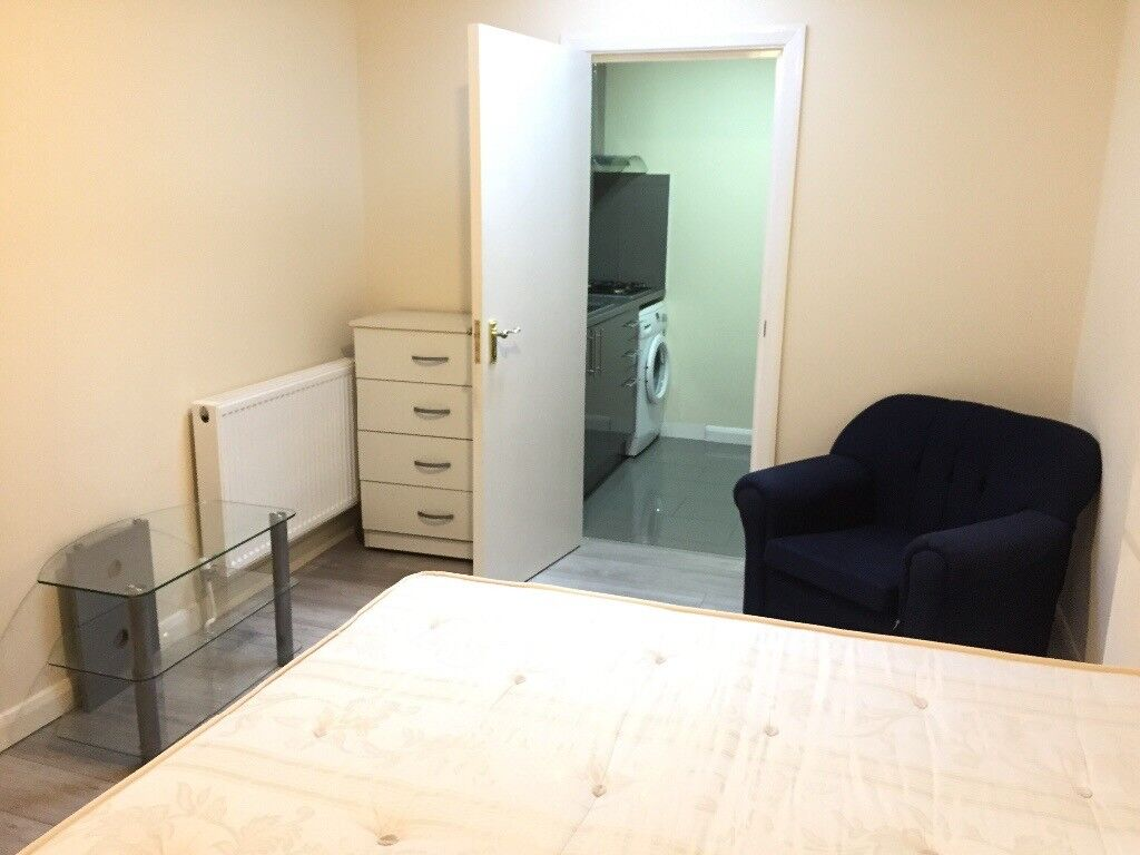 Studio Flat with Garden to Let in Burnside Road Dagenham RM8 2PJ