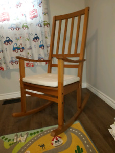Very good condition wood rocking chair