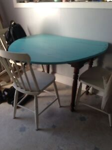 Antique table with two side leaves