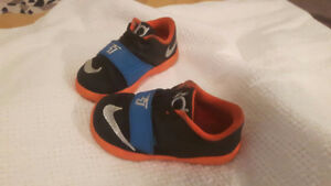NIKE SHOES 9.5 US 3 YEARS OLD/ SOULIER