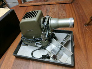 Vintage slide projector with carry case. Nice shape