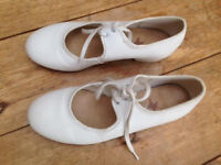 White girls leather tap shoes Size 1.5