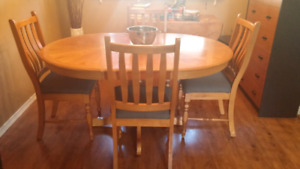 Beautiful pedestal table with  4  chairs