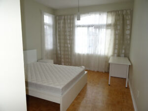 Sunny Bright Room 9ft 2nd floor house Dufferin Rutherford Aug 18