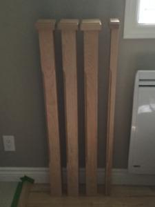 Poteaux griffés en merisier pour rampe d'escalier