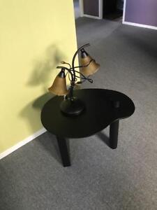 Table de salon avec lampe.