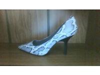 BRAND NEW, unworn grey snakeskin patterned shoes size 7