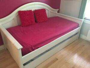 Mobilier de chambre avec lit gigogne et  bureau de travail