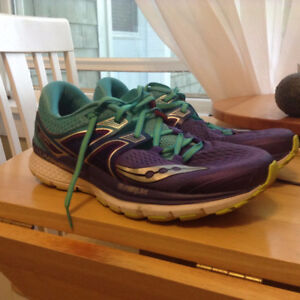 LIKE NEW WMNS SAUCONY TRIUMPH ISO3