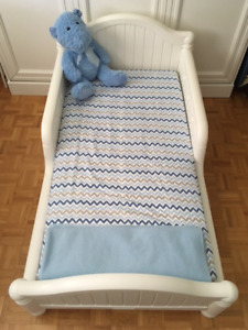 GENDER-NEUTRAL GRACE TODDLER BED IN EXCELLENT CONDITION!!