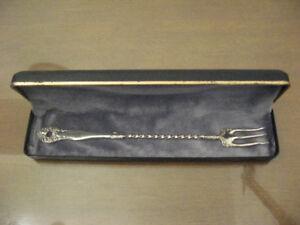 Fourchette à hors-d'oeuvre antique en argent massif très rare.