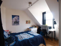 Modern & top floor 3 double bed flat close to Green Lanes & Turnpike Lane station with wooden floor
