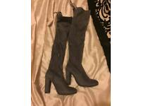 Knee high gray suede heeled shoes