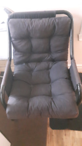 À vendre   belle  chaises  ber sente  $ 25  chaque off
