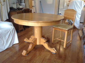 FOR SALE, SOLID OAK TABLE  AND 4 CHAIRS