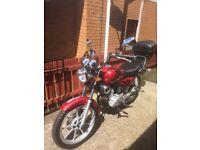 Red Yamaha 125 ybr Custom