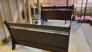 Queen bed frame - modern look in good condition