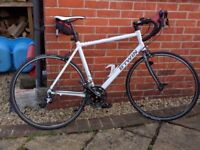Excellent Condition BTWIN White Triban Road Racing Bike with clip foot pedals, cat eye speedometer