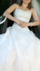 Beautiful size 2/4 wedding dress in perfect condition