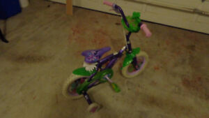 Children cycle with side supports