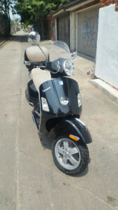 Vespa GTS250ie with topcase and windshield ! ***NE LOWER PRICE**