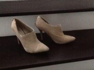 Women's shoes size 10m laundry list beige microsuede