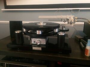 Michell turntable with air bearing linear tonearm
