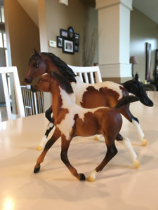 Breyer Horse Vixen and Blitzen Holiday Mare and Foal Set