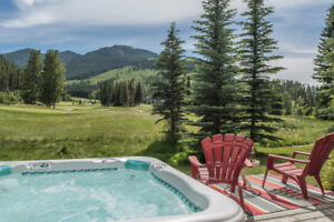 GREYWOLF VIEWS AT PANORAMA MOUNTAIN VACATION RENTAL & HOT TUB