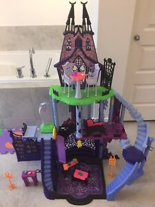 Monster High house and dolls/ maison et barbies