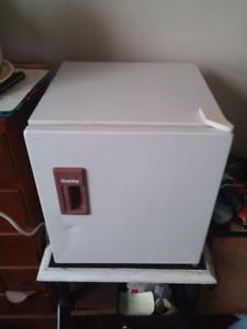 "17""x16""x19"" Mini Danby Fridge / Freezer W/ Temperature Controls"