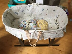 Bassinet and stand (includes 4 sheets)